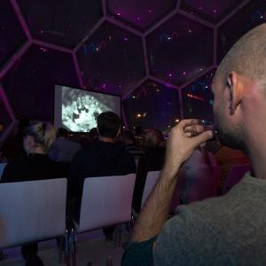 Drinkfilm in het Drijvende Paviljoen. Fotograaf Louis Meulstee